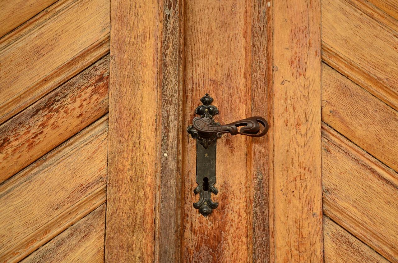 Comment choisir le matériau pour la fabrication d'une porte ?